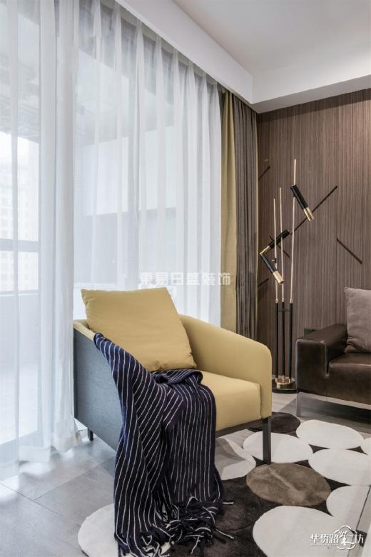加了一间父母房,有效的利用空间,地面一色的大理石纹地砖,客餐厅一体