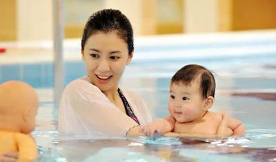 【亲子游泳】陪宝宝一起游泳吧,这不仅是技能,更是一种教育!