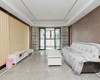 该房是精装修的三房户型方正房子中上楼层南北双阳台采光